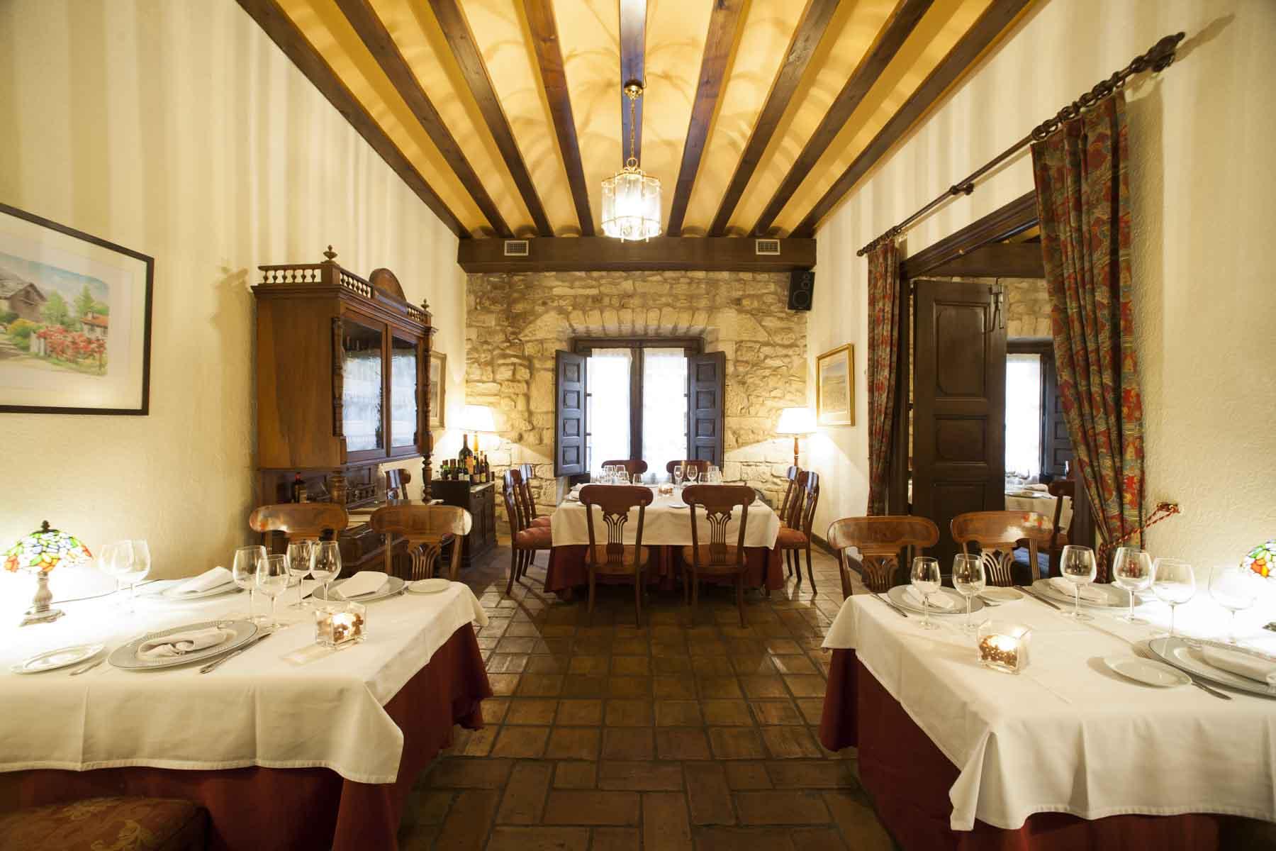 El comedor del Restaurante Hotel Posada Mayor de Migueloa vacio y con las mesas preparadas